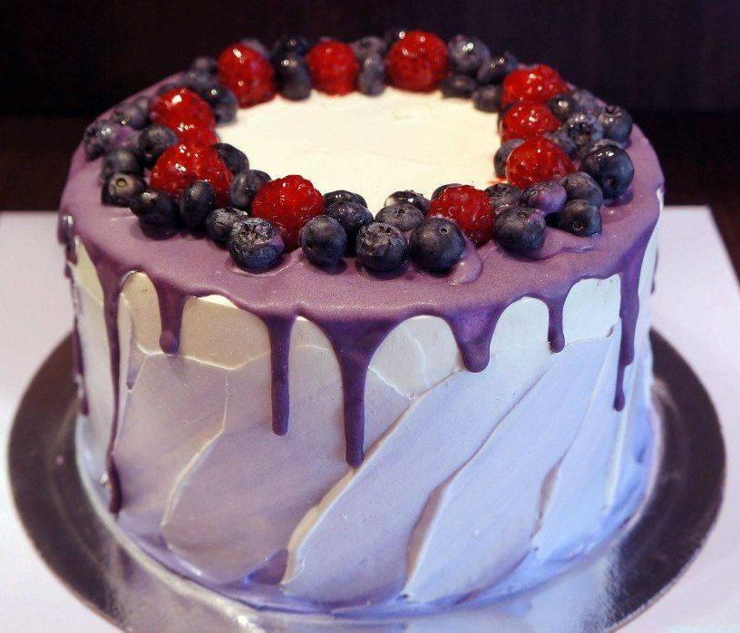 Свадебный торт с ягодами: вариации оформления десерта и красивые примеры