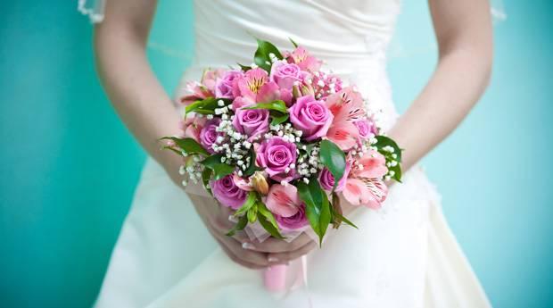 Что делать со свадебным букетом после свадьбы — все обычаи и приметы