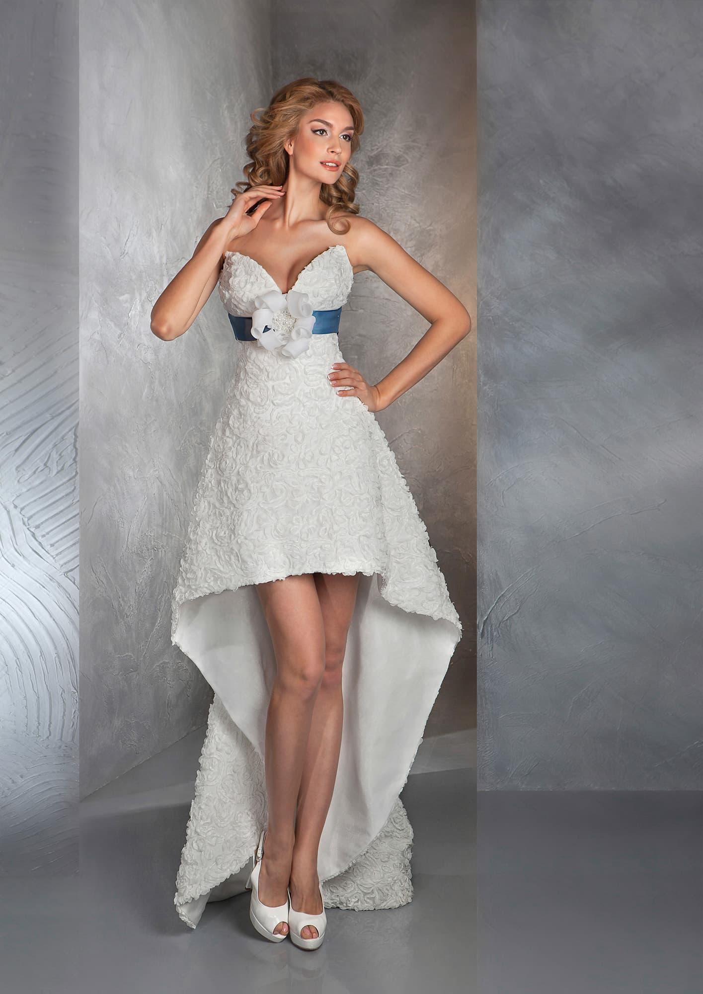 Cзади длинное платье, а спереди короткое