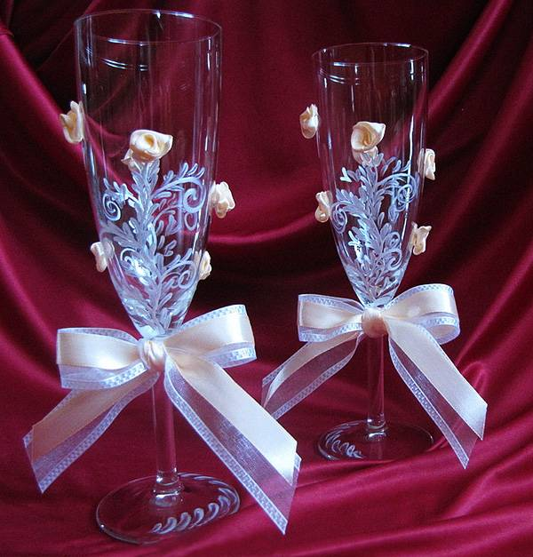 Как оформить свадебные бокалы своими руками?