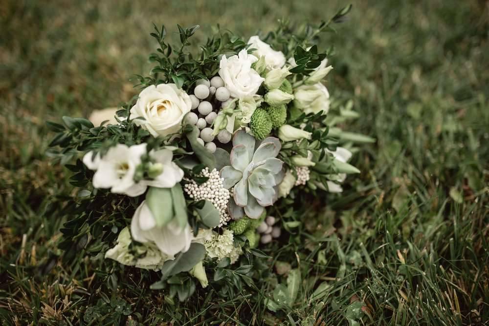 Простые и недорогие свадебные букеты невесты