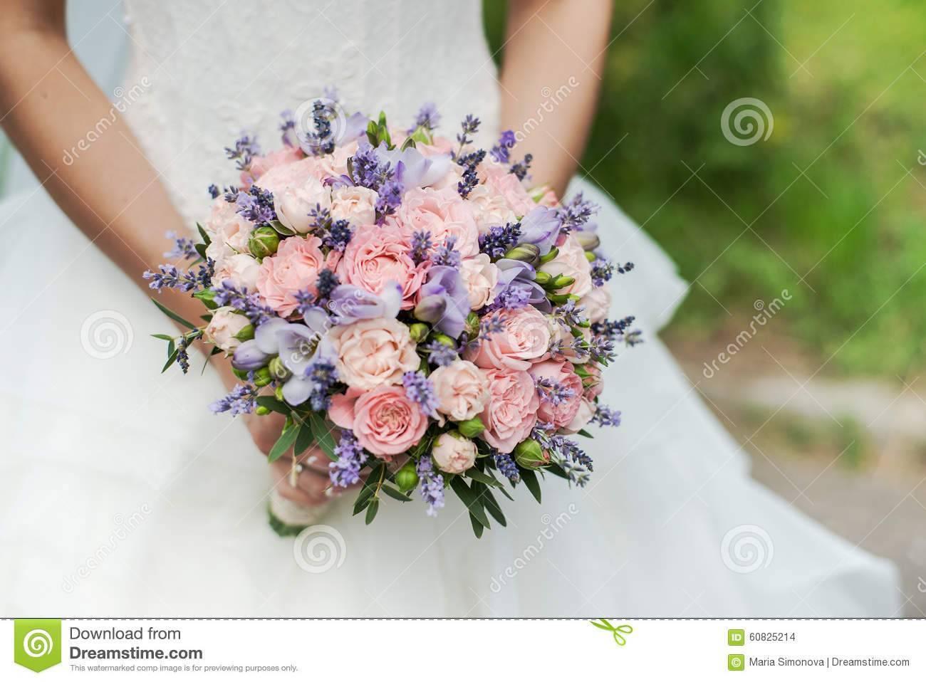 Свадебный букет невесты в сиреневых тонах – фото