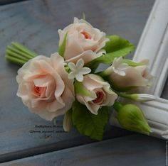 Бутоньерка из живых цветов – стильное украшение свадебного наряда