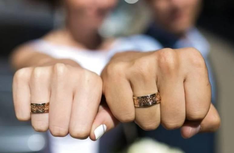 На какой руке мужчины носят обручальное кольцо? на какую руку его надевают женатые мусульмане и католики? что означает кольцо на левой и правой мужской руке?