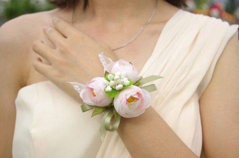 Бутоньерка на руке невесты – необходимый элемент или безделушка?