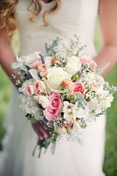 Свадебный букет невесты из фруктов и ягод