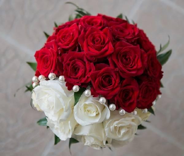 Красно-белый свадебный букет невесты: составляем идеальную композицию