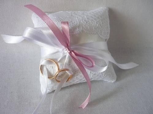 Подушки для колец на свадьбу: идеи дизайна и тонкости изготовления