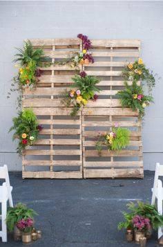 Двери, украшенные цветами, как альтернатива свадебной арке