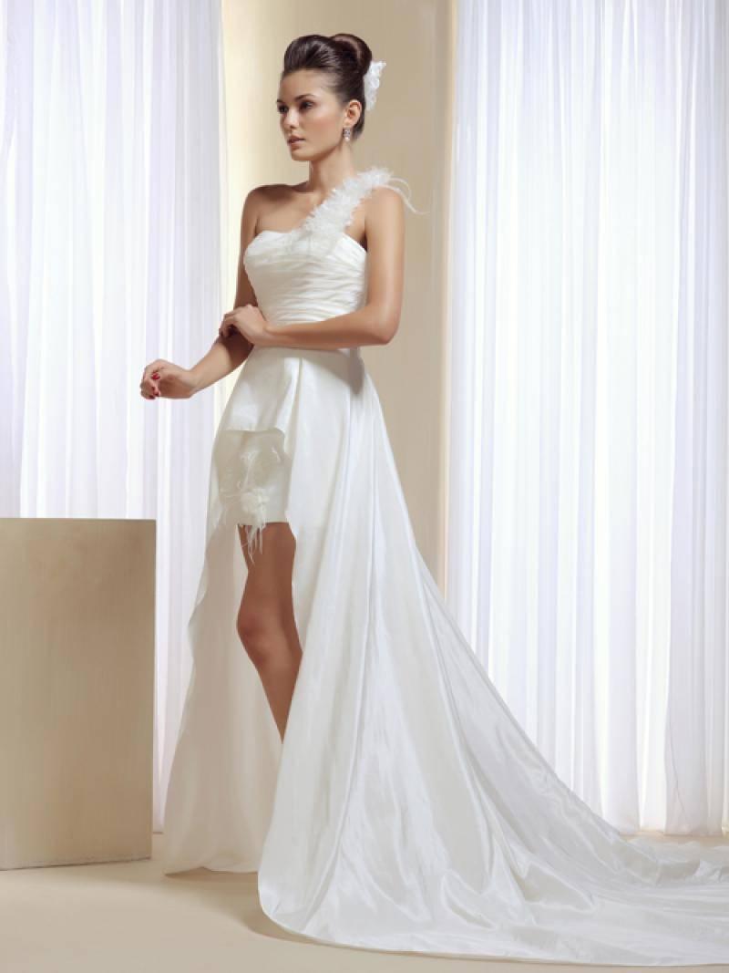 Модели платьев коротких спереди и длинных сзади