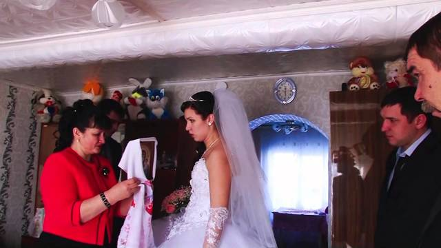 Встреча молодоженов на свадьбе с караваем