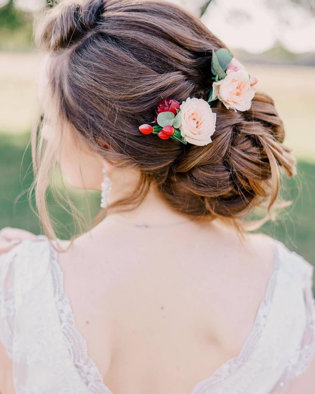 Прически с цветами для романтичных и нежных девушек