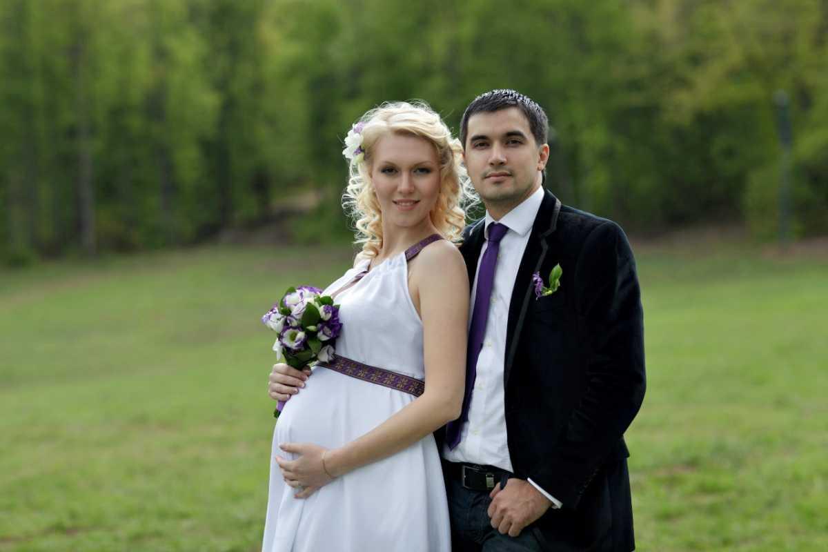 Фотосессия невесты (43 фото): свадебные будуарные фото со спины. идеи для фотосессии дома с подружками и родителями