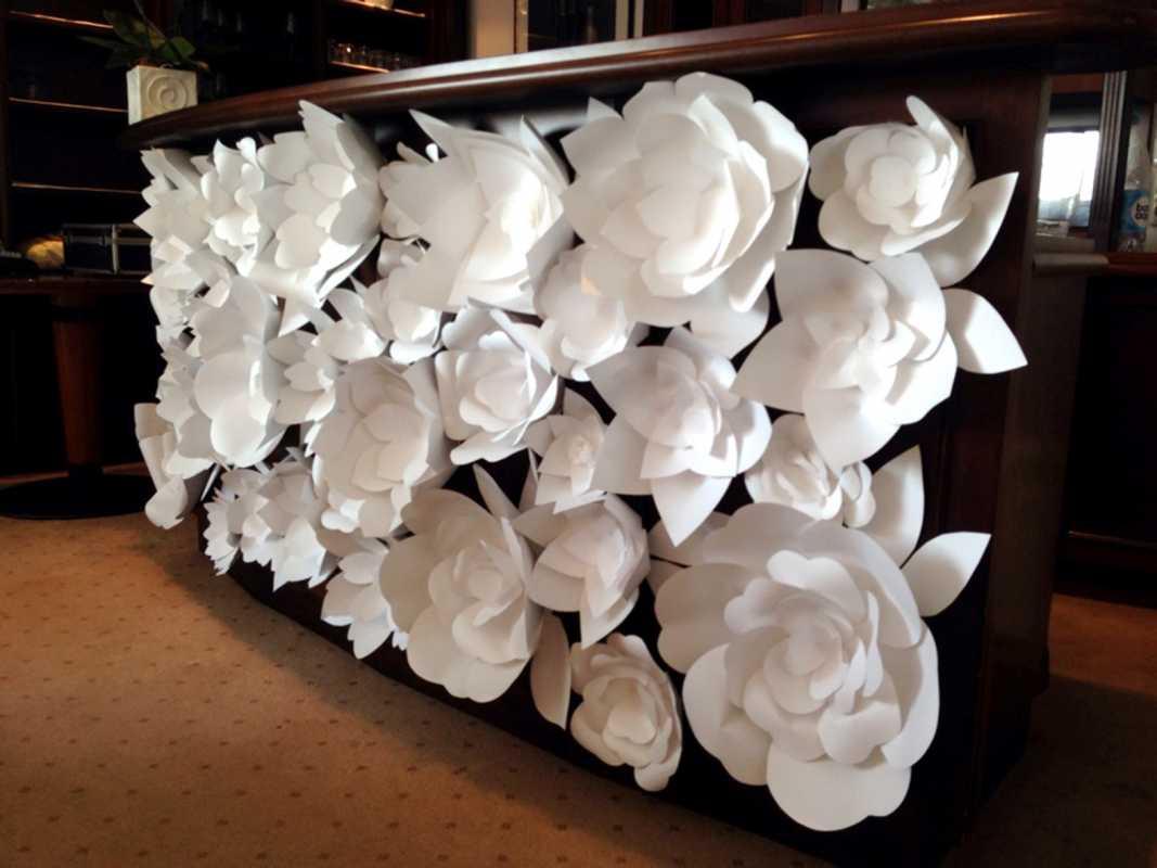 Бумажные цветы для оформления зала своими руками из гофрированной или креповой бумаги, инструкция и видео уроки
