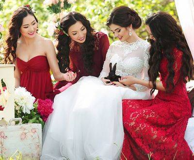 Красивые платья подружек невесты: фото, фасоны, тенденции свадебной моды