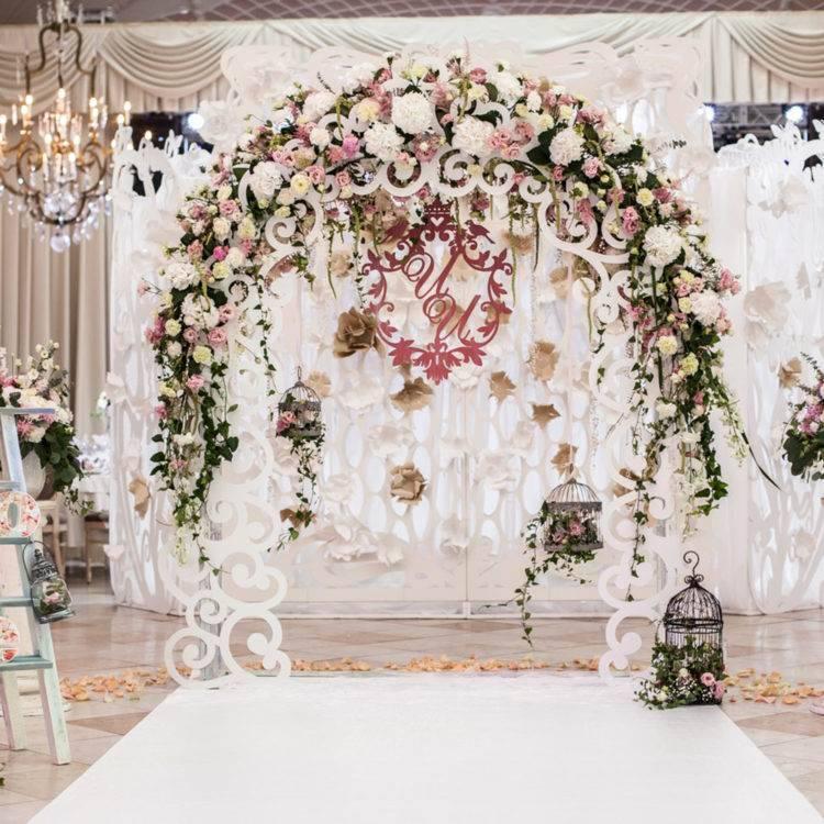 Что такое фотозона для свадьбы и как ее оформить?
