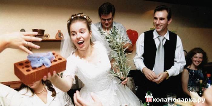 15+ классных идей как оригинально подарить деньги на свадьбу