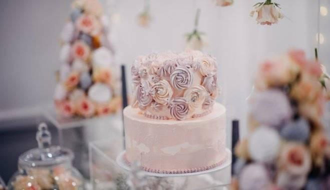 Цветные свадебные торты: фото и советы