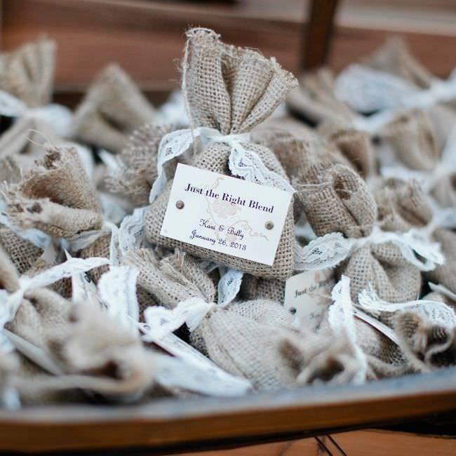 Что подарить гостям на свадьбе от молодоженов (идеи)