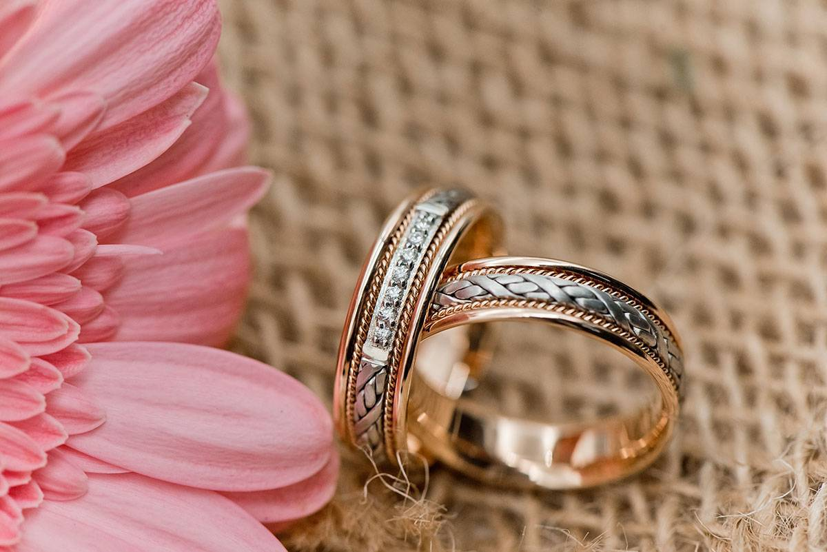 Комплект из помолвочного и обручального кольца: что это, как носить и выбрать такой стильный тандем?