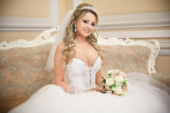 Свадебные прически с фатой: тренды-2019