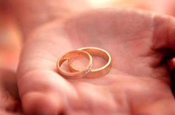 На каком пальце носят обручальное кольцо и о чём говорит его выбор