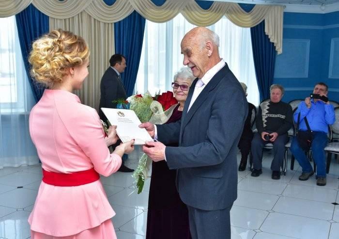 Что подарить на золотую свадьбу — 50 лет