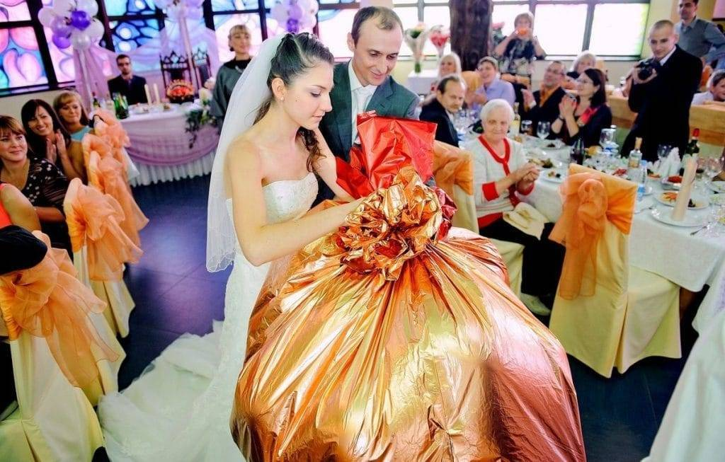 Выбираем подарок на свадьбу: как угодить молодоженам