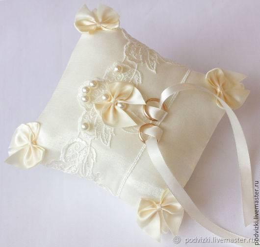 Подушечка для колец на свадьбу (23 фото): мастер-класс по изготовлению свадебной подушки своими руками. размеры и выкройки необычных изделий