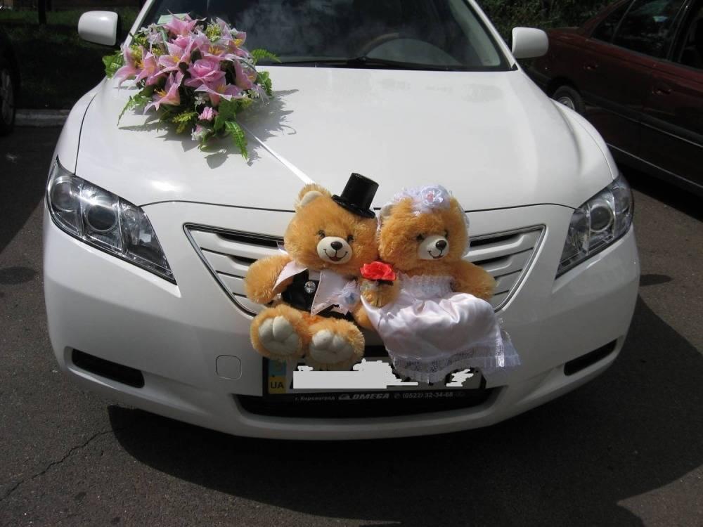 Роскошные украшения машины жениха и невесты на свадьбу