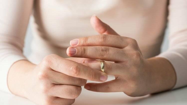 Можно ли носить обручальное кольцо незамужней девушке или парню?