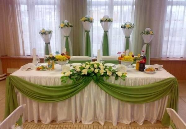 Украшение свадебного стола жениха и невесты (62 фото): декор стола на свадьбу молодоженов своими руками