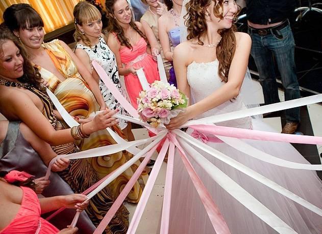 Бросание букета невесты – как лучше и правильнее это делать?