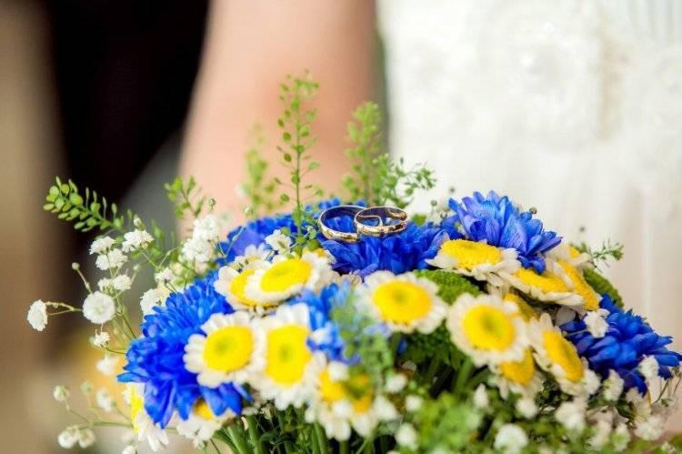 Синий букет невесты – оригинальный свадебный образ