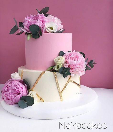 Оформление сиреневой свадьбы: украшение зала, наряды жениха и весты, фото