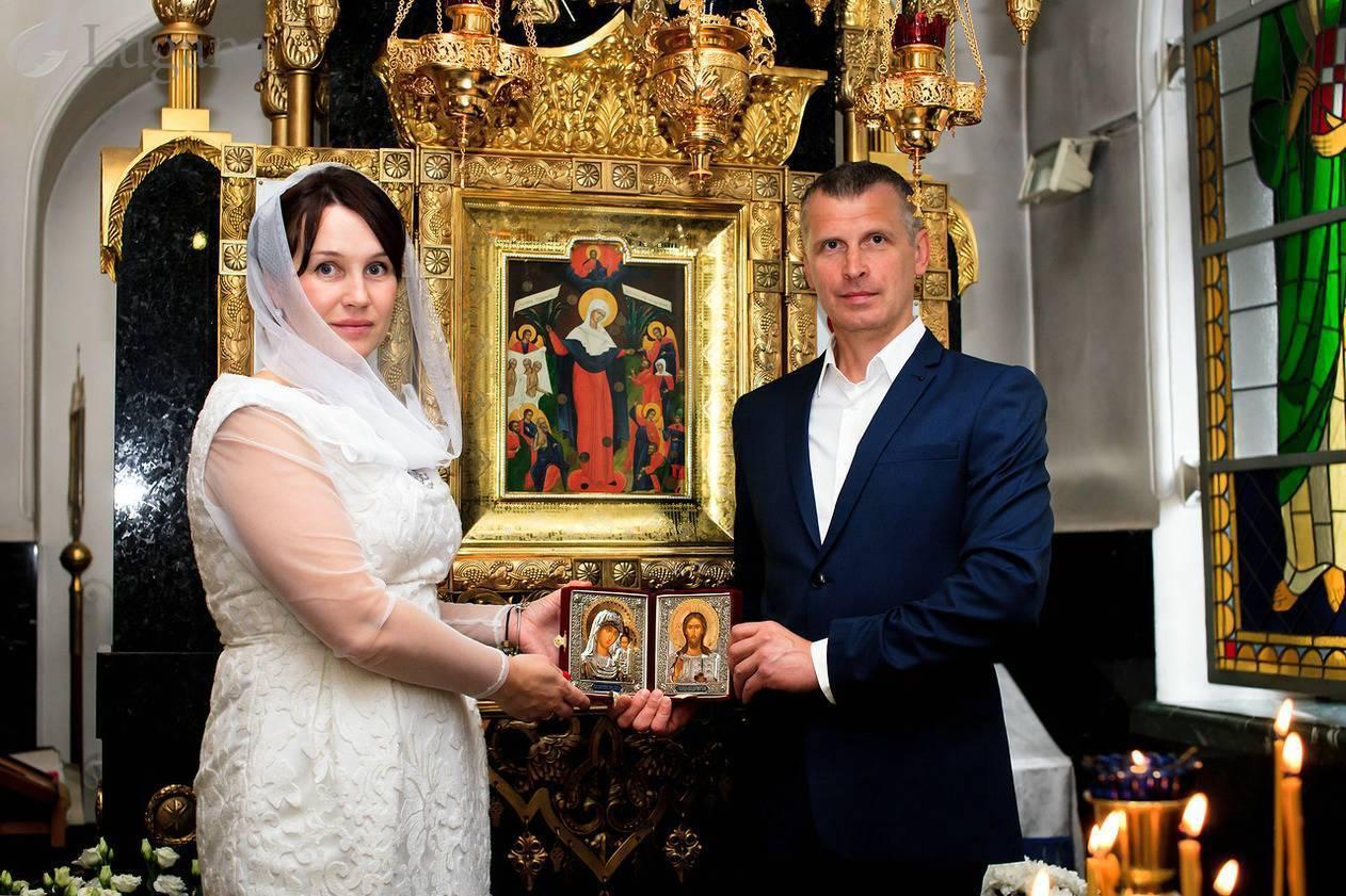 Что дарят на венчание? подарки от родственников для молодых и взрослых супружеских пар. что дарят свидетели?