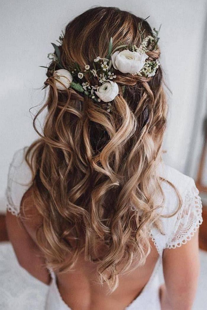 Романтические свадебные прически с цветами