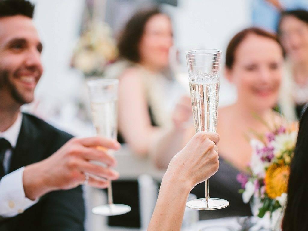 Красивый тост для молодоженов от лучших друзей. тосты на свадьбу: прикольные и веселые. тосты от родителей и за родителей
