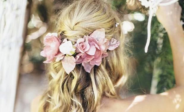 Свадебные прически с цветами – самые красивые укладки с живыми и искусственными бутонами