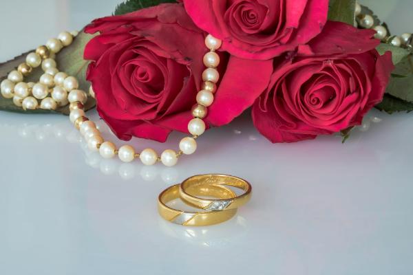 Первая годовщина свадьбы (ситцевая свадьба): приметы, подарки и идеи