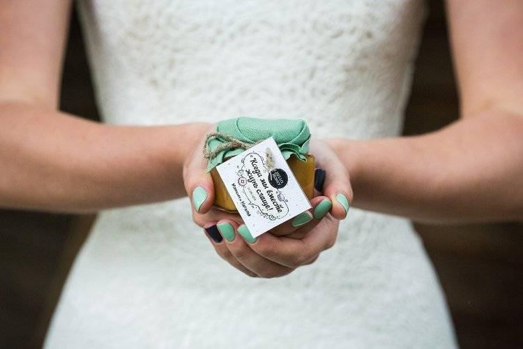 Выбор подарков для конкурсов на свадьбе гостям