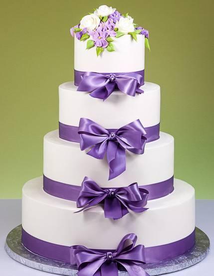 Белый свадебный торт (53 фото): дизайн красно-белых и бело-синих десертов на свадьбу, торты с золотыми и голубыми розами