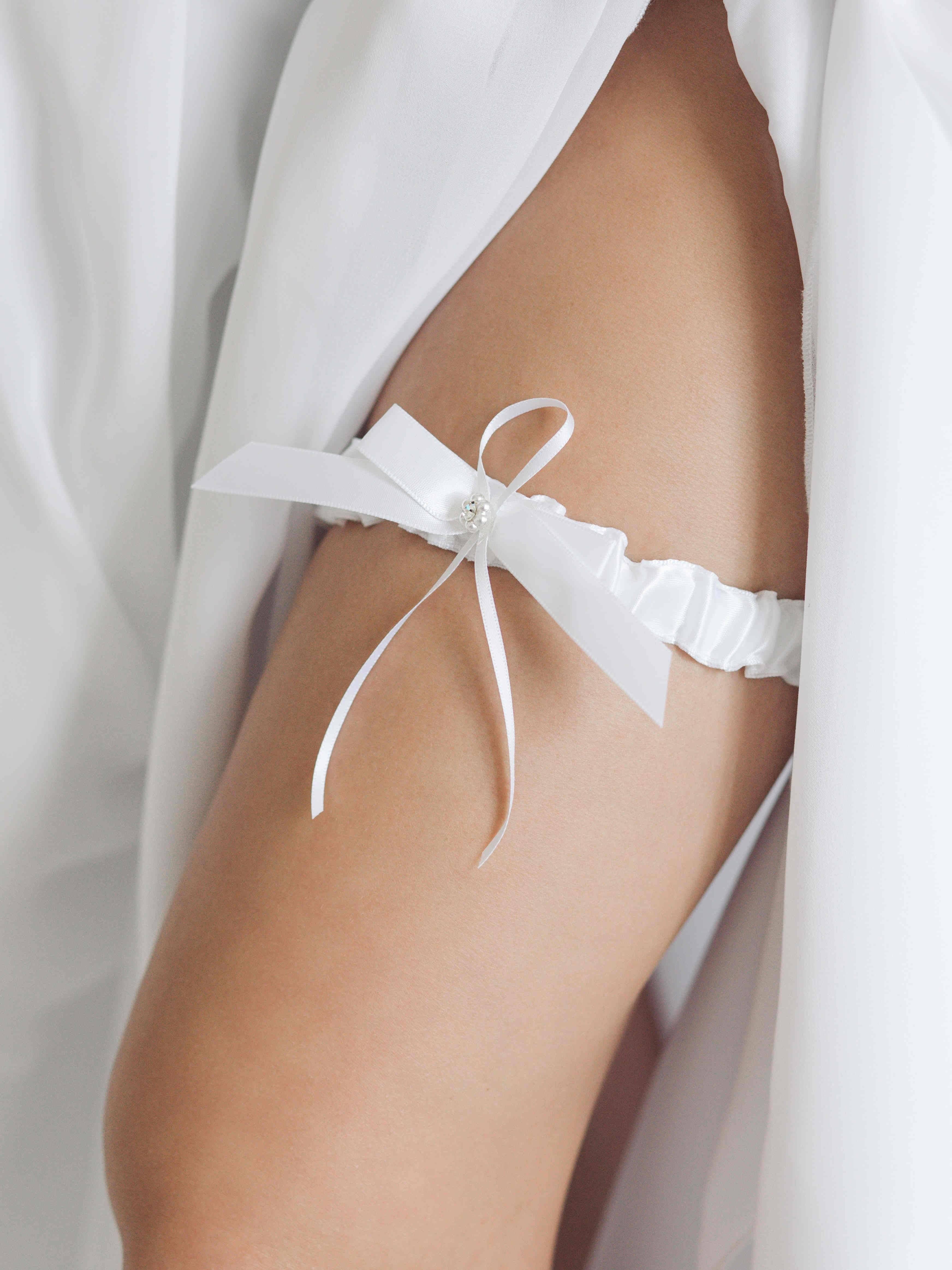 Бросание подвязки на свадьбе: классика и альтернативные варианты