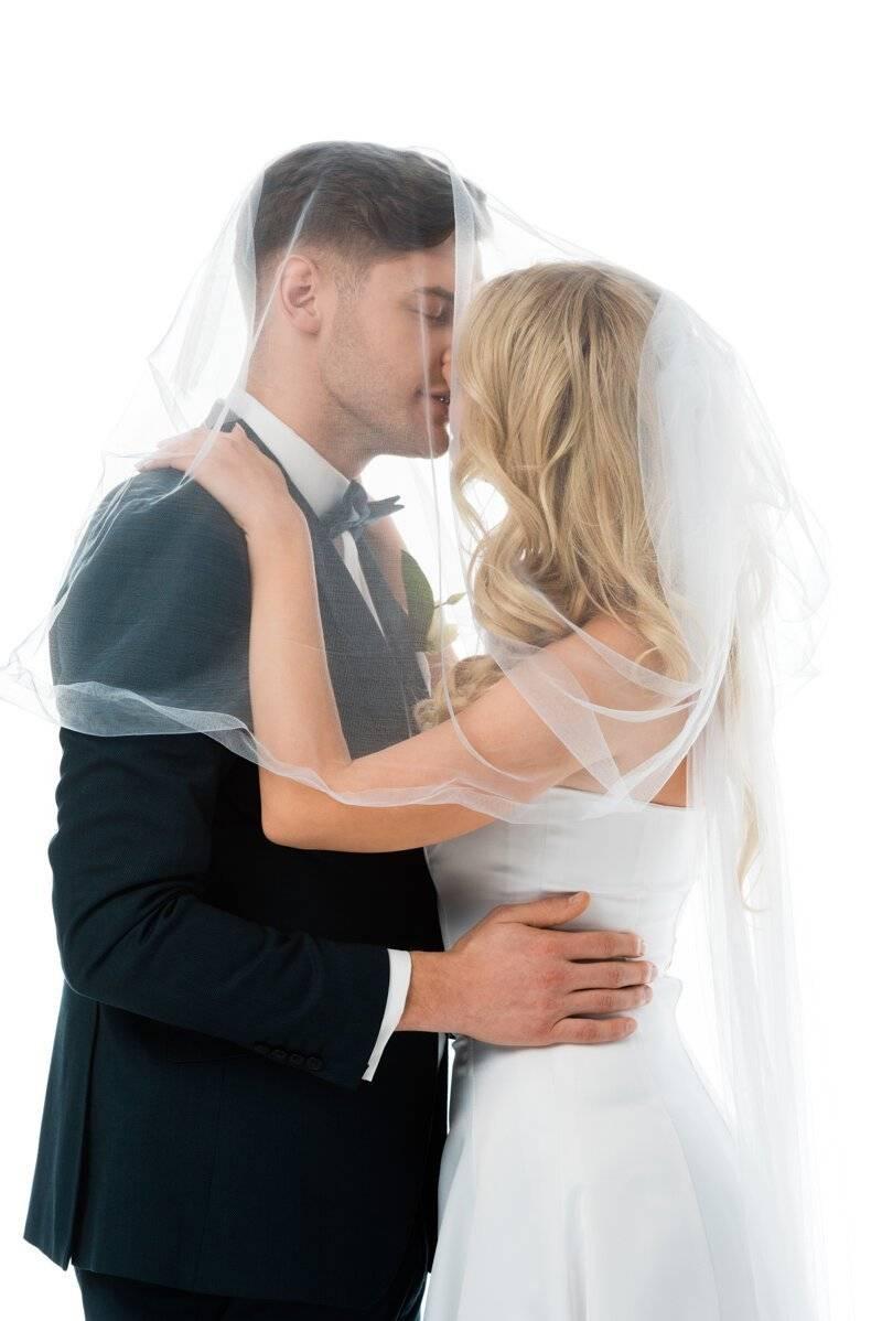 Почему на свадьбе кричат «горько» – что за традиция и откуда берет истоки?