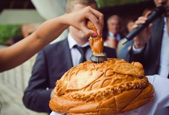 Как встречать молодых с караваем на свадьбе? что говорить матери жениха или невесты при встрече новобрачных?